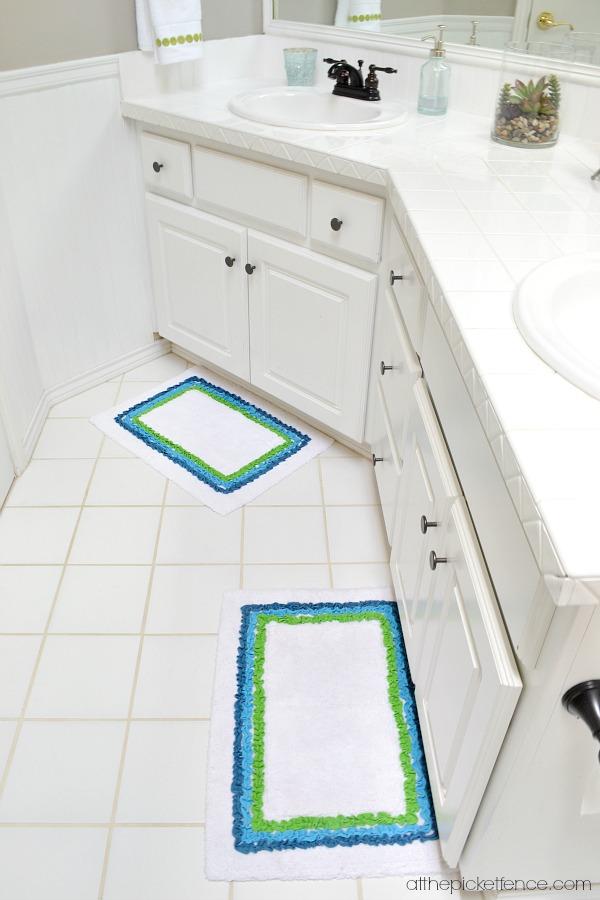 ruffled bathroom rugs atthepicketfence.com