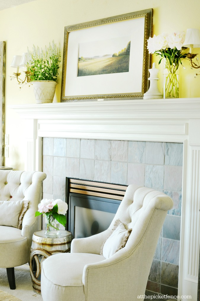 Living room summer mantel atthepicketfence.com