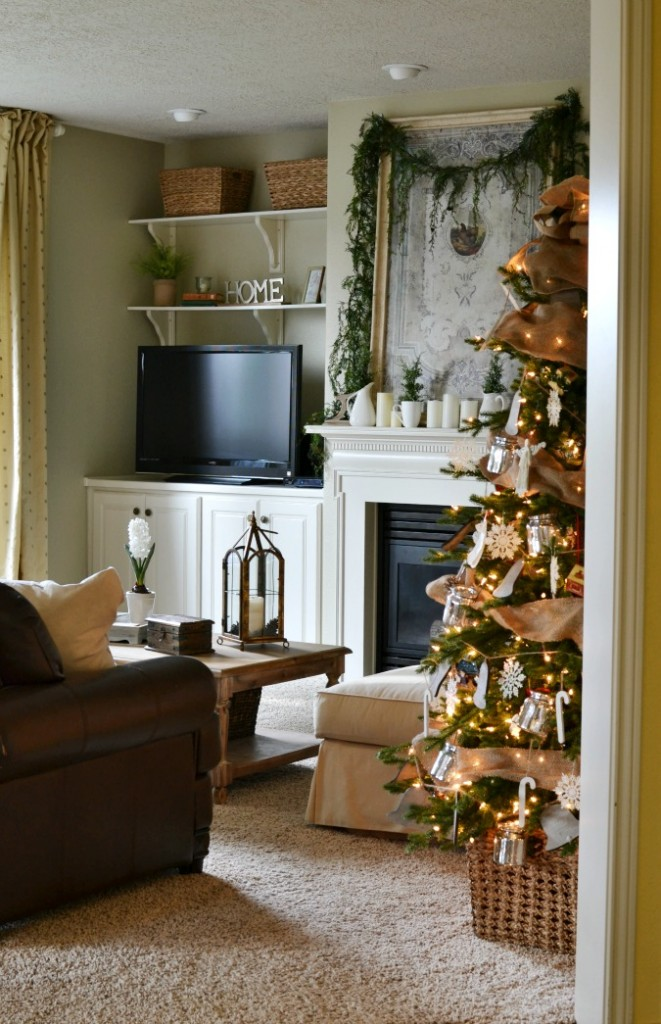 Christmas family room atthepicketfence.com
