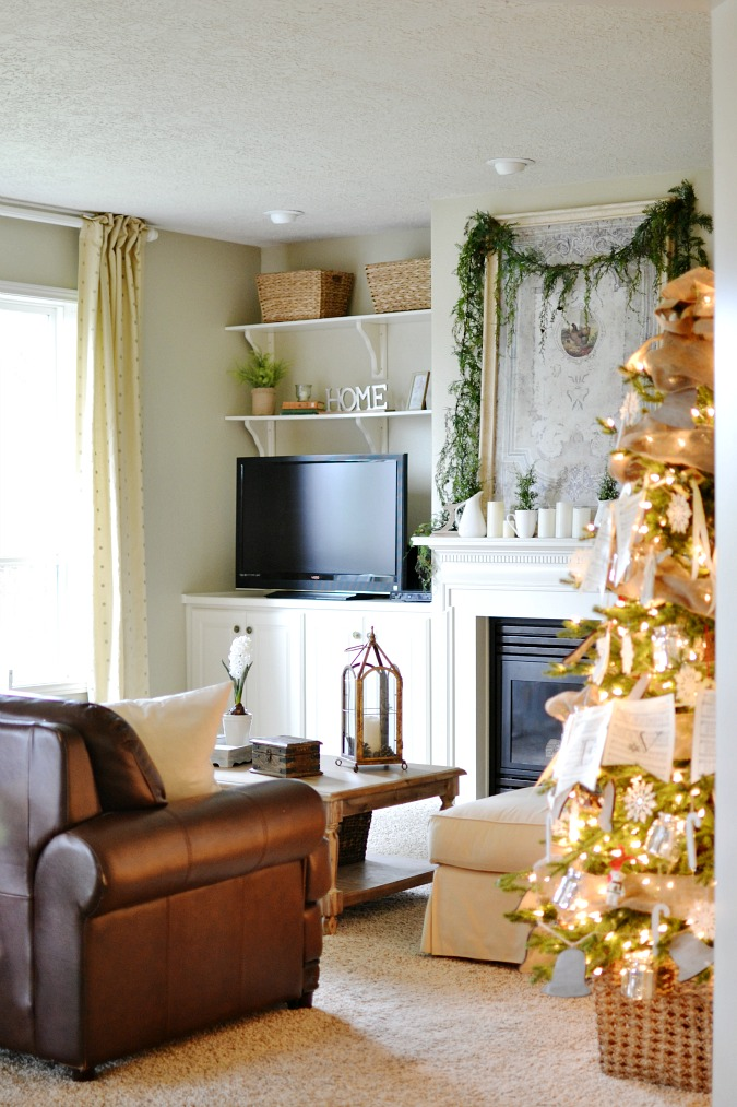 Simple Christmas family room decor atthepicketfence.com